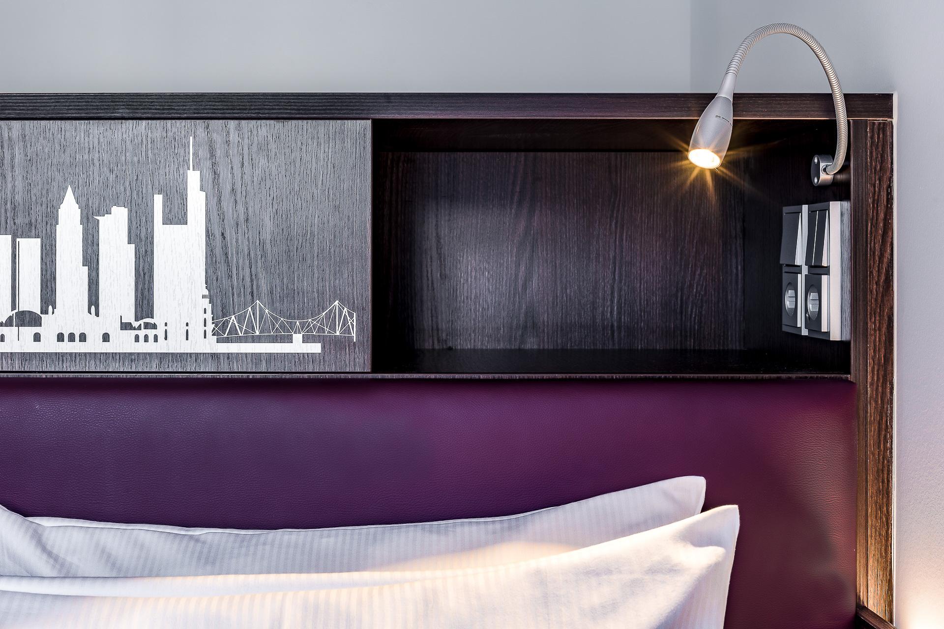 Bett mit LED Beleuchtung und Ablage mit USB-Ladefunktion